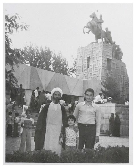 خلیل قبله ای خویی به همراه فرزندش و سید طه مرقاتی در 1355 - مشهد