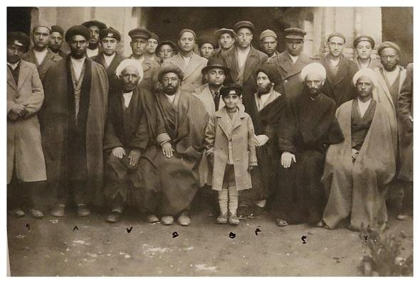 خلیل قبله ای در مدرسه نمازی خوی در کنار اساتید و طلاب
